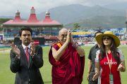 "Его Святейшество Далай-лама, владелец команды ""Kings XI Punjab"" и болливудская актриса Прити Зинта на крикетном стадионе. Дхарамсала, Индия. 21 мая 2011. Фото: Тензин Чойджор (Офис ЕСДЛ)"