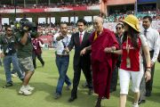 Его Святейшество Далай-лама прибыл на крикетный стадион в Дхарамсале, чтобы перед матчем встретиться с игроками. Дхарамсала, Индия. 21 мая 2011. Фото: Тензин Чойджор (Офис ЕСДЛ)