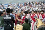 """Его Святейшество Далай-лама приветствует игроков крикетных команд """"Kings XI Punjab"""" и """"Deccan Charges"""" перед матчем. Дхарамсала. Индия. 21 мая 2011. Фото: Тензин Чойджор (Офис ЕСДЛ)"""