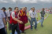 После встречи с игроками Его Святейшество Далай-лама направляется к своему месту на трибуне стадиона. Дхарамсала. Индия. 21 мая 2011. Фото: Тензин Чойджор (Офис ЕСДЛ)