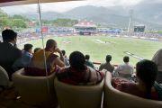 Его Святейшество Далай-лама следит за матчем по крикету. Дхарамсала. Индия. 21 мая 2011. Фото: Тензин Чойджор (Офис ЕСДЛ)