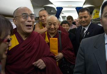 Далай-лама завершил учения в Мельбурне и направился в Канберру