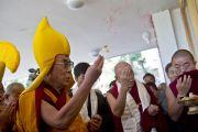 Его Святейшество Далай-лама освящает здание секретариата Кашага (кабинета министров) Центральной тибетской администрации. Дхарамсала, Индия. 2 июня 2011. Фото: Тензин Чойджор, ОЕСДЛ