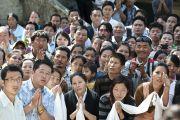 Представители тибетского сообщества в миграции ждут Его Святейшество Далай-ламу у здания секретариата Кашага (кабинета министров) Центральной тибетской администрации. Дхарамсала, Индия. 2 июня 2011. Фото: Тензин Чойджор, ОЕСДЛ