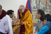 Его Святейшество Далай-лама вручает подарки людям, оказывавшим помощь в строительстве здания секретариата Кашага (кабинета министров) Центральной тибетской администрации. Дхарамсала, Индия. 2 июня 2011. Фото: Тензин Чойджор, ОЕСДЛ