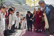 Его Святейшество Далай-лама направляется в главный зал Тибетской детской деревни. Дхарамсала, Индия. 4 июня 2011. Фото: Тензин Чойджор (Офис ЕСДЛ)