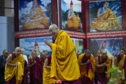 Его Святейшество Далай-лама приветствует собравшихся на учения по буддизму для молодых тибетцев в Тибетской детской деревне. Дхарамсала, Индия. 4 июня 2011. Фото: Тензин Чойджор (Офис ЕСДЛ)