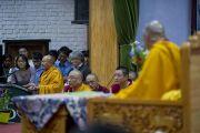 Во время сессии вопросов и ответов после лекции Его Святейшества Далай-ламы по буддизму для молодых тибетцев в Тибетской детской деревне. Дхарамсала, Индия. 4 июня 2011. Фото: Тензин Чойджор (Офис ЕСДЛ)