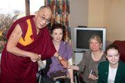 Его Святейшество Далай-лама с пострадавшими от землетрясения в больнице Крайстчерча, Новая Зеландия. 8 июня 2011 г. Фото: Cally Stockdale