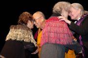 Его Святейшество Далай-лама и епископ Виктория Мэтьюс (епископ собора, разрушенного землетрясением) приветствуют на сцене CBS Arena старейшин маори. Карйстчерч, Новая Зеландия. 8 июня 2011 г. Фото: Cally Stockdale