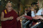 Жители Мельбурна приветствуют Далай-ламу в аэропорту. Мельбурн, Австралия. 9 июня 2011. Фото: DLAI