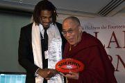 Его Святейшество Далай-лама и австралийский футболист Гарри О'Брайен. Мельбурн, Австралия. 9 июня 2011. Фото: DLAI