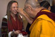 Его Святейшество Далай-лама шутливо приветствует свою последовательницу перед началом учений. Мельбурн, Австралия. 12 июня 2011. Фото: Rusty Stewart/DLAI