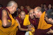 Его Святейшество Далай-лама с монахами из буддийских центров Австралии перед началом учений. Мельбурн, Австралия. 12 июня 2011. Фото: Rusty Stewart/DLAI