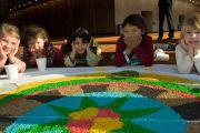 Дети у песчаной мандалы в выставочном комплексе Мельбурна во время учений Далай-ламы. Мельбурн, Австралия. 12 июня 2011. Фото: Rusty Stewart/DLAI