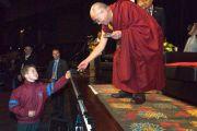 Его Святейшество Далай-лама обменивается подарками с молодым слушателем после публичной лекции. Канберра, Австралия. 14 июня. Фото: Rusty Stewart/DLIAL