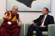 Его Святейшество Далай-лама и лидер оппозиции Тони Эбботт на встрече в парламенте Австралии. Канберра, Австралия. 14 июня. Фото: Rusty Stewart/DLIAL