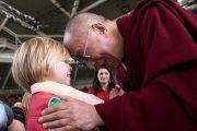 Его Святейшество Далай-лама здоровается с маленьким мальчиком перед публичной лекцией. Брисбен, Австралия. 15 июня 2011. Фото: Rusty Stewart/DLAIL