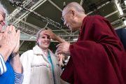 Его Святейшество Далай-лама здоровается с незрячей женщиной перед публичной лекцией. Брисбен, Австралия. 15 июня 2011. Фото: Rusty Stewart/DLAIL