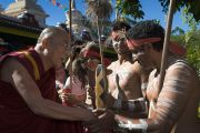 Группа танцоров-аборигенов приветствует Его Святейшество Далай-ламу в Институте Ченрези. Саншайн Коаст, Австралия. 16 июня 2011. Фото: Rusty Stewart/DLAIL