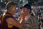 Его Святейшество Далай-лама утешает одну из слушательниц во время публичной лекции. Брисбен, Австралия. 17 июня. Фото: Rusty Stewart/DLAIL