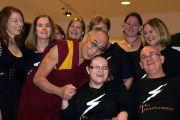 Его Святейшество Далай-лама и певцы хора, выступавшего после публичной лекции. Брисбен, Австралия. 17 июня. Фото: Rusty Stewart/DLAIL