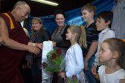 Перед началом публичной лекции Его Святейшество Далай-лама встретился с жителями районов, пострадавших от сильного наводнения, обрушившегося на штат Квинсленд в начале этого года. Брисбен, Австралия. 17 июня. Фото: Rusty Stewart/DLAIL