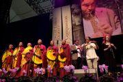 """Тибетский музыкант Тензин Чогьял, монахи из монастыря Гьюто и австралийские музыканты во время концерта """"Песни для Далай-ламы"""". Перт, Австралия. 19 июня 2011. Фото: Rusty Stewart/DLIAL"""