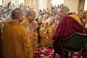 Старшие ламы благодарят Его Святейшество Далай-ламу за учения, которые он дал для вьетнамских верующих. Дхарамсала, Индия. 29 июня 2011. Фото: Тензин Чойджор (ОЕСДЛ)