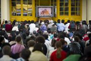 Во дворе главного тибетского храма люди смотрят трансляцию учений, которые внутри храма Его Святейшество Далай-лама дает по просьбе вьетнамских верующих. Дхарамсала, Индия. 29 июня 2011. Фото: Тензин Чойджор (ОЕСДЛ)
