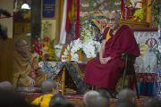 Его Святейшество Далай-лама отвечает на вопросы учеников после учений для буддистов из Вьетнама. Дхарамсала, Индия. 29 июня 2011. Фото: Тензин Чойджор (ОЕСДЛ)