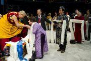 Представители разных стран поздравляют Его Святейшество Далай-ламу с 76-летием. Вашингтон, округ Колумбия, США. 6 июля 2011. Фото: Тензин Чойджор (Офис ЕСДЛ)