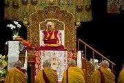"""Его Святейшество Далай-лама дает краткие наставления в первый день учений """"Калачакра ради мира на Земле"""". Вашингтон, округ Колумбия, США. 6 июля 2011. Фото: Тензин Чойджор (Офис ЕСДЛ)"""