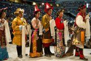 Члены тибетского сообщества в национальных костюмах разных областей Тибета поздравляют Его Святейшество Далай-ламу с 76-летием. Вашингтон, округ Колумбия, США. 6 июля 2011. Фото: Тензин Чойджор (Офис ЕСДЛ)