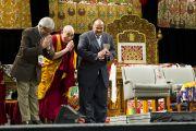 Его Святейшество Далай-лама, Арун Ганди и Мартин Лютер Кинг III. Торжественное празднование дня рождения Его Святейшества Далай-ламы в Verizon Center. Вашингтон, округ Колумбия, США. 6 июля 2011. Фото: Тензин Чойджор (Офис ЕСДЛ)