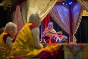 """Его Святейшество Далай-лама проводит ритуал освящения места построения мандалы в первый день учений """"Калачакра ради мира на Земле"""". Вашингтон, округ Колумбия, США. 6 июля 2011. Фото: Тензин Чойджор (Офис ЕСДЛ)"""