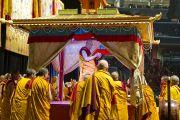Его Святейшество Далай-лама проводит освящение платформы, на которой будет построена мандала Калачакры. Вашингтон, округ Колумбия. 7 июля 2011. Фото: Тензин Чойджор (Офис ЕСДЛ)