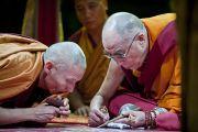 Его Святейшество Далай-лама наносит цветным песком первые элементы мандалы Калачакры. Вашингтон, округ Колумбия. 8 июля 2011. Фото: Тензин Чойджор (Офис ЕСДЛ)