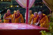Его Святейшество Далай-лама и монахи монастыря Намгьял читают молитвы во время ритуала подготовки к возведению мандалы Калачакры. Вашингтон, округ Колумбия. 8 июля 2011. Фото: Тензин Чойджор (Офис ЕСДЛ)