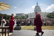 На сцене Его Святейшество Далай-ламу приветствовал Гьялва Кармапа XVII. Вашингтон, округ Колумбия. 9 июля 2011. Фото: Тензин Чойджор (Офис ЕСДЛ)