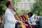 После лекции Его Святейшества Далай-ламы виолончелист Майкл Фитцпатрик исполнил пьесу «Призыв к всеобщему миру». Вашингтон, округ Колумбия. 9 июля 2011. Фото: Тензин Чойджор (Офис ЕСДЛ)