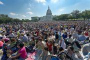 Тысячи людей пришли послушать Далай-ламу на Западную лужайку перед зданием конгресса США. Вашингтон, округ Колумбия. 9 июля 2011. Фото: Тензин Чойджор (Офис ЕСДЛ)