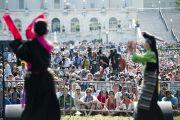 Перед началом лекции Его Святейшества Далай-ламы выступили артисты из Тибетского института театральных искусств (TIPA). Вашингтон, округ Колумбия. 9 июля 2011. Фото: Тензин Чойджор (Офис ЕСДЛ)