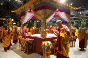 Его Святейшество Далай-лама во главе процессии с украшениями для мандалы Калачакры по завершении подготовительных учений. Вашингтон, округ Колумбия, США. 11 июля 2011. Фото: Тензин Чойджор (Офис ЕСДЛ)