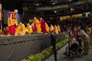 Его Святейшество Далай-лама остановился поговорить со слушателями перед началом подготовительных учений по Калачакре. Вашингтон, округ Колумбия, США. 11 июля 2011. Фото: Тензин Чойджор (Офис ЕСДЛ)