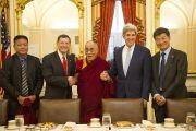 Пенпа Церинг (спикер тибетского парламента), сенатор-республиканец Джон Баррассо, Его Святейшество Далай-лама, сенатор-демократ Джон Керри, Лобсанг Сангай (избранный калон-трипа Центральной тибетской администрации) на встрече в Капитолии. Вашингтон, США. 13 июля 2011. Фото: Тензин Чойджор (Офис ЕСДЛ)