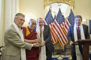 Бывшие сенаторы Том Дэшл и Боб Доул, а также Вэл Халамандарис вручают Его Святейшеству Далай-ламе премию имени матери Терезы. Вашингтон, США. 13 июля 2011. Фото: Тензин Чойджор (Офис ЕСДЛ)