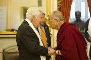 Его Святейшество Далай-лама и сенатор Ричард Лугар во время встречи с членами комитета сената по международным отношениям. Вашингтон, США. 13 июля 2011. Фото: Тензин Чойджор (Офис ЕСДЛ)