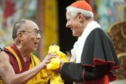 Его Святейшество Далай-лама и Его Высокопреосвященство кардинал Дональд Уильям Вюрл перед началом предварительного посвящения Калачакры. Вашингтон, США. 14 июля 2011. Фото: Тензин Чойджор (Офис ЕСДЛ)