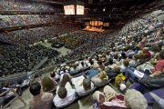 Более 10 тысяч человек собрались в Verizon Center на учения по Калачакре, которые дарует Его Святейшество Далай-лама. Вашингтон, США. 14 июля 2011. Фото: Тензин Чойджор (Офис ЕСДЛ)
